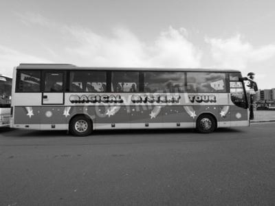Fototapet Liverpool, UK, -, cirka juni 2016: The Beatles Magical Mystery Tour buss i svartvitt