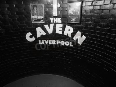 Fototapet Liverpool, UK, -, cirka juni 2016: The Cavern Club nattklubb på 10 Mathew Street där Beatles spelade i svartvitt