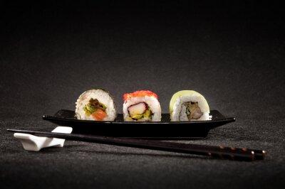 Fototapet Lyxig sushi på svart bakgrund - japansk mat