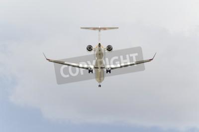 Fototapet Madrid, Spanien - 14 feb 2015: Flygplan -Bombardier CRJ-900, av -Iberia- flygbolag, landar på Madrid-Barajas -Adolfo Suarez- flygplats, den 14 februari 2015.