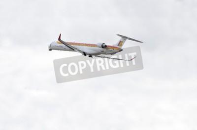 Fototapet Madrid, Spanien - 14 JUNI 2015: Flygplan -Bombardier Canadair CRJ-1000, av -Air Nostrum- flygbolag tar fart från Madrid-Barajas -Adolfo Suarez- flygplats, den 14 juni 2015.
