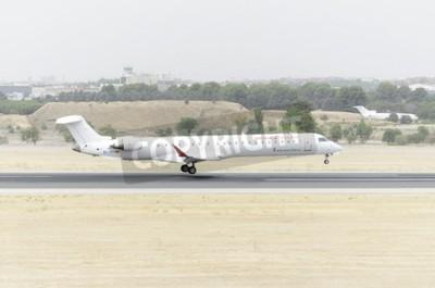 Fototapet Madrid, Spanien - 8 augusti, 2015: Flygplan -Bombardier Canadair CRJ-900, av -Air Nostrum- flygbolag landar på Madrid-Barajas -Adolfo Suarez- flygplats, den 8 augusti 2015.