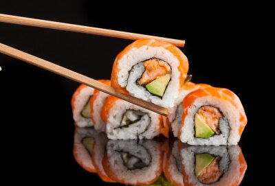 Fototapet Maki sushi serveras på svart bakgrund
