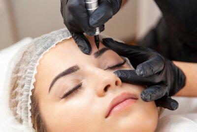 Fototapet Makijaż permanentny brwi - zabieg w salonie piękności