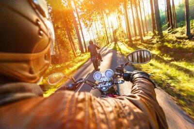 Fototapet Man plats på motorcykeln på skogsvägen.