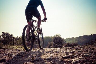 Fototapet Man rider på en smutsig väg på en mountainbike