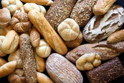 Fototapet Många blandade bröd och rullar är tagna från ovan.