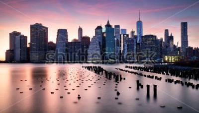 Fototapet Manhattan skyilne, New York City at sunset.