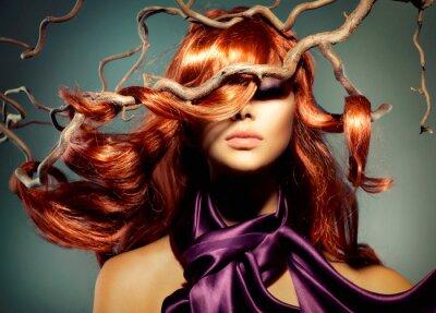 Fototapet Mannekäng ståendekvinna med långa lockigt rött hår