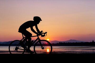 Fototapet Människor cykling på stranden