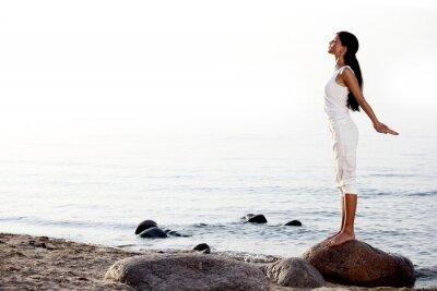 Fototapet meditation på sandstrand