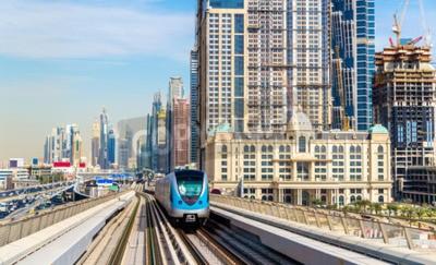 Fototapet Metro tåg på den röda linjen i Dubai