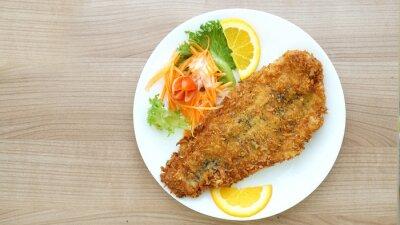Fototapet misshandlade fisk biff med sallad och grönsaker
