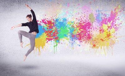 Fototapet Modern gata dansare hoppar med färgrika färgstänk