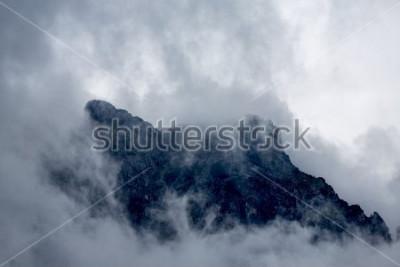 Fototapet Moln runt toppen av berg i Alperna, Europa, Österrike