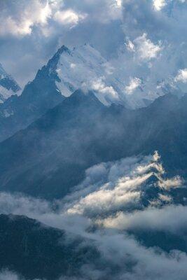 Fototapet molnig dag i bergen