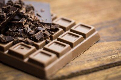 Fototapet Mörk och mjölkchoklad på ett träbord