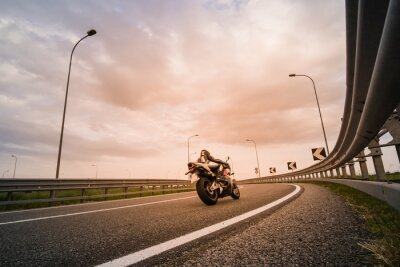 Fototapet Motociclista su moto da strada
