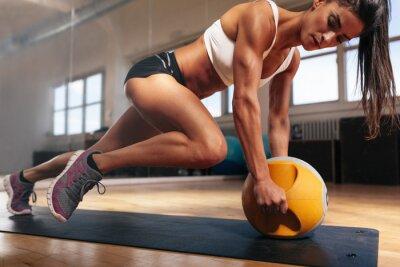 Fototapet Muskulös kvinna gör intensiv kärna träningspass i gymmet