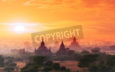 Fototapet Myanmar Bagan historisk plats på magiska solnedgången med vacker himmel och buddhistiska tempel panoramautsikt