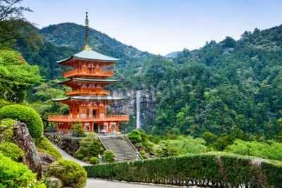 Fototapet Nachi, Japan vid pagoden av Seigantoji och Nachi no Taki vattenfall.