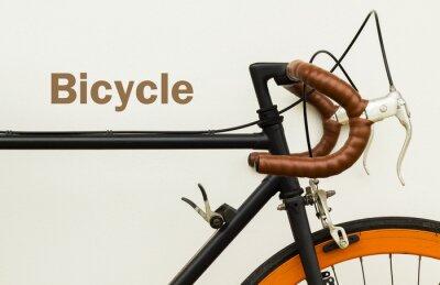 Fototapet Några av gammal cykel på vit vägg med ord på plats vänster sida.