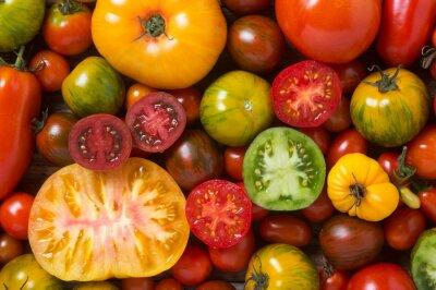 Fototapet Närbild av färgglada tomater, några skivade skott från ovan