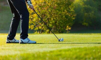 Fototapet Närbild av man spela golf på grön kurs