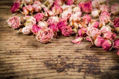 Fototapet Närbild av torkade rosor på trä bakgrund