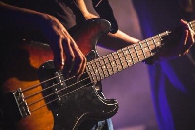 Fototapet Närbild foto av basgitarr spelare