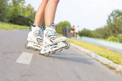 Fototapet Närbild på flicka inlines i parken. Utomhus, rekreation, livsstil, inlines.