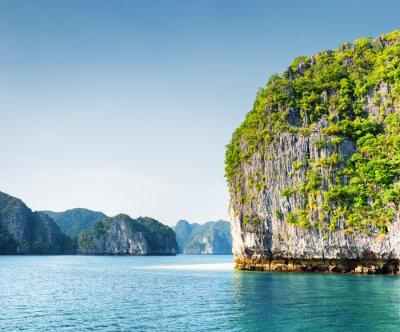 Fototapet Natursköna karst torn-ön i Ha Long Bay, Vietnam