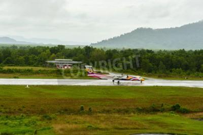 Fototapet Nok Air Bombardier Dash 8 Q 400 flygplanstyp ta bort för taxi på Ranong flygplats i regnig dag juni 172.558.