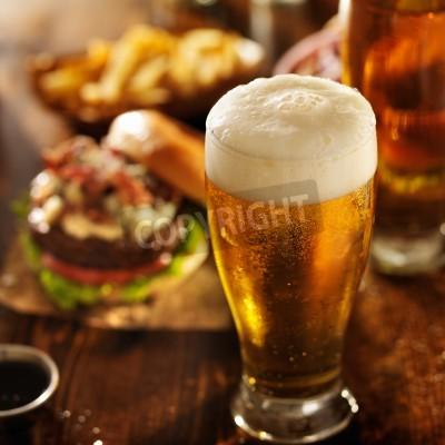 Fototapet öl med hamburgare på restaurang bord