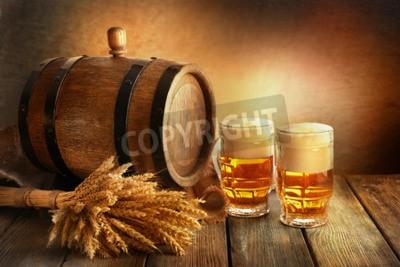 Fototapet Ölfat med ölglas på bordet på brun bakgrund