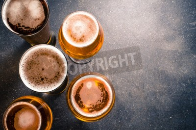 Fototapet Ölglas på en mörk tabell