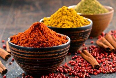 Fototapet Olika kryddor på köksbordet