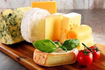 Fototapet Olika typer av ost på köksbordet