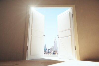 Fototapet Öppna dörrar från tomt rum till Megapolis stad med skyskrapor