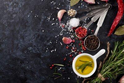 Fototapet Örter och kryddor över svart sten