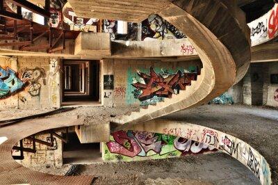 Fototapet Övergiven byggnad täckt med graffiti nära Jerusalem.