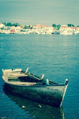 Fototapet övergiven träbåt