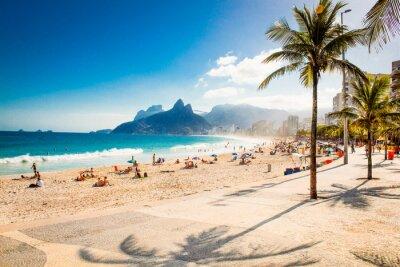 Fototapet Palmer och två bröder Mountain på Ipanema beach, Rio de Janeiro