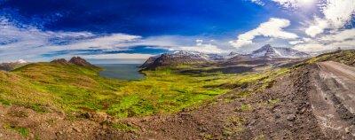 Fototapet Panorama av dalen med den arktiska havet och bergen i Island