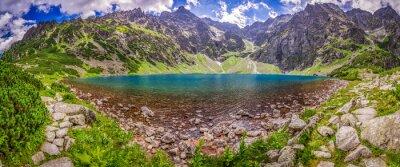Fototapet Panorama av vacker damm i mitten av bergen i gryningen