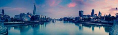 Fototapet Panoramautsikt över London och Thames i skymningen, från Tower Brid
