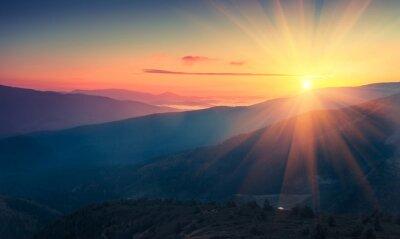 Fototapet Panoramavy över färgrik soluppgång i bergen. Filtrerad bild: kors bearbetat vintage effekt.