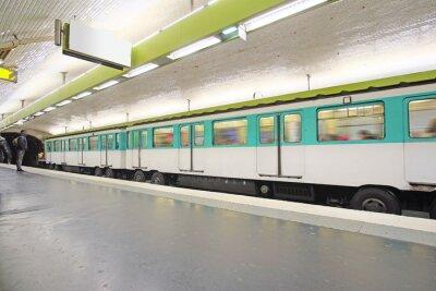 Fototapet Paris, Frankrike den 12 februari, 2016: tunnelbana tåg i Paris, Frankrike. Metro är mycket populär transport i Paris