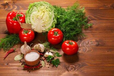 Fototapet Peppar och tomater med vitlök på en vintage träbord med etikett