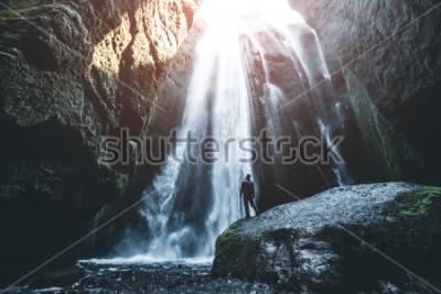 Fototapet Perfekt utsikt över den kända kraftfulla Gljufrabui-kaskaden. Pläterar Seljalandsfoss faller, ö, Europa. Scenisk bild av populär turistattraktion. Resmålskoncept. Upptäck jordens skönhet.